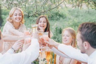 Tips To Hosting An Elegant Outdoor #Summer Party #BevHillsMag #beverlyhillsmagazine #beverlyhills