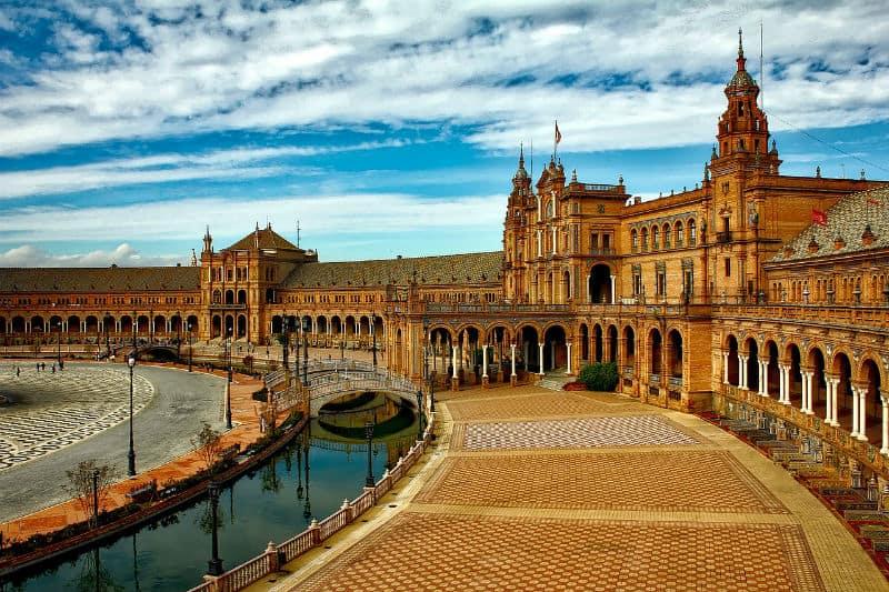 Why So Many University Students Are Spending a Luxurious Semester in Spain #students #travel #university #spain #spanish #college #beverlyhills #beverlyhillsmagazine #bevhillsmag