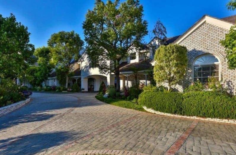 Jennifer lopez sells mansion beverly hills magazine for Jennifer lopez house address