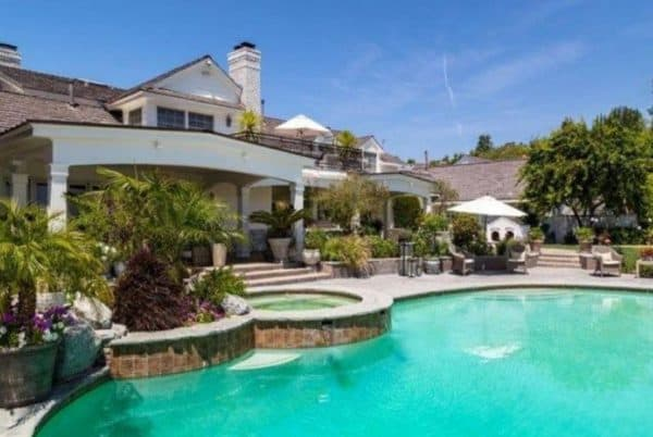 Jennifer lopez sells mansion beverly hills magazine for Luxury homes in hollywood hills