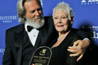 Actor Jeff Bridges presents Dame Judi Dench Kirk Douglas Award (Photo by Bonnie Carroll)